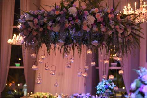 שילוב של נרות ופרחים