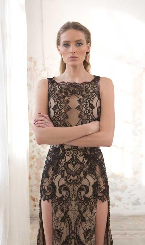 שמלת ערב בבסיס צבע גוף ושילוב תחרה שחורה