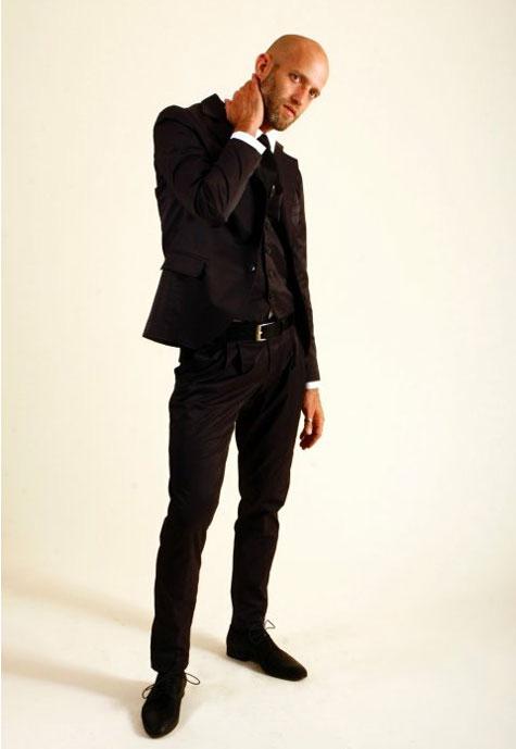 חליפת חתן שחורה, כולל וסט ועניבה במראה צעיר