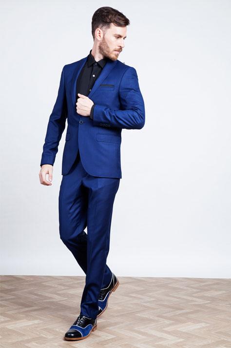 חליפה בצבע כחול עמוק