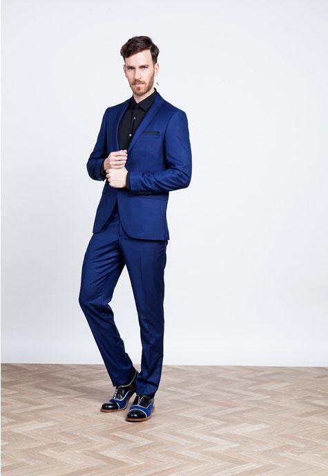 חליפה מחויטת כחולה ונעלים עם טוויסט מעניין