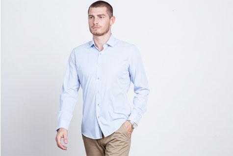 מכנסיים בהירים וחולצת צווארון לבנה