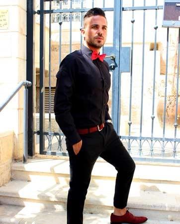 חתן בחורף - חליפה כהה ונעליים בצבע בורדו