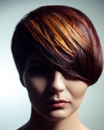 הכלה השיקית: שיער קצר אפור פלטין ונגיעות של 'קרייזי קולור'