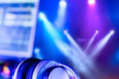 DJ: מלך רחבת הריקודים הבלתי מעורער מדווח מהשטח, מוזיקה