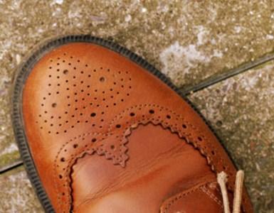צועד לחופה, נעליים
