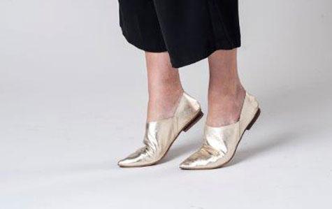 נעליים מוזהבות ושטוחות
