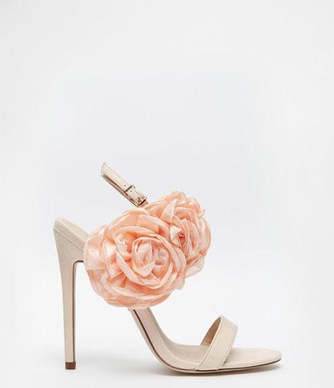 נעל כלה מעוטרת בפרח משי
