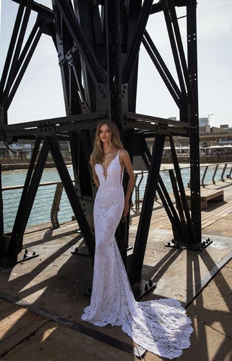 שמלת כלה כתפיות צמודה עם שובל קצר