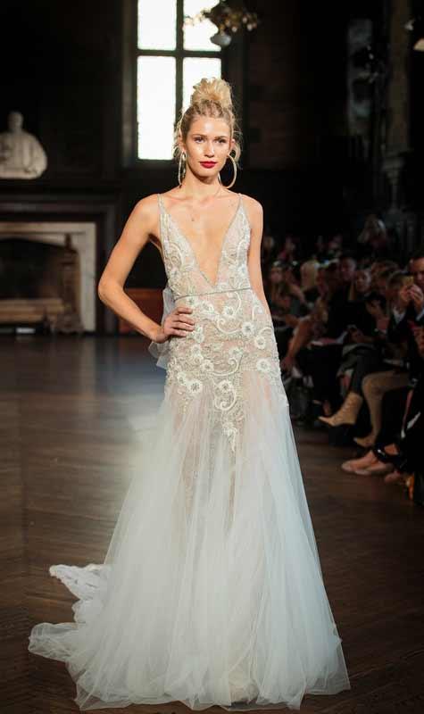 שמלת כלה עם מחשוף וי עמוק בשילוב אלמנטים פרחוניים