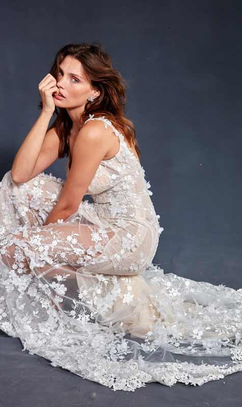 שמלת כלה בגזרה ישרה ובשילוב פרחים
