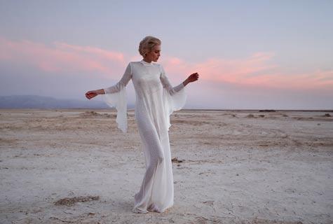 שמלה לבנה עם שרוולי עטלף