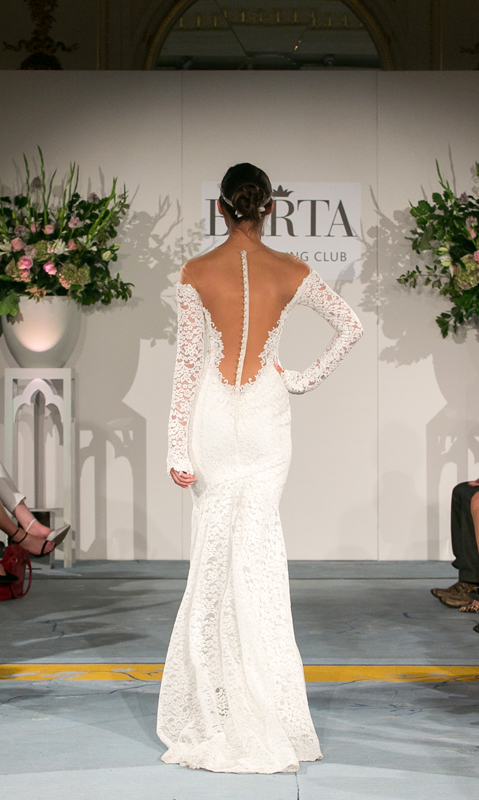 מבט מאחור על שמלת כלה עם מפתח וי עמוק של ברטה