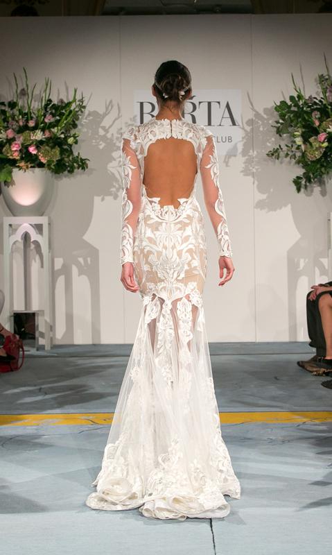 מבט מאחור על שמלת תחרה בעבודה יד לכלה של ברטה