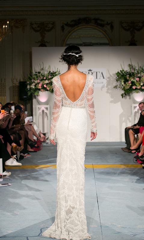 מבט מאחור על שמלת כלה בשיבוץ מיוחד של ברטה