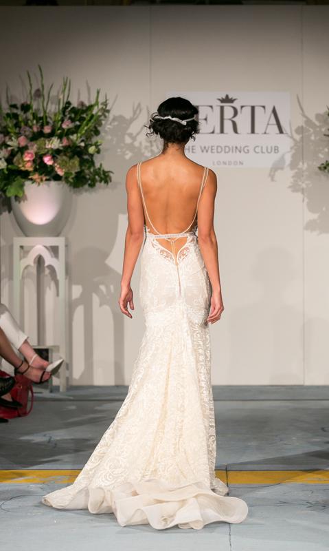 מבט מאחור על שמלת כלה עם כתפיות כפולות של ברטה