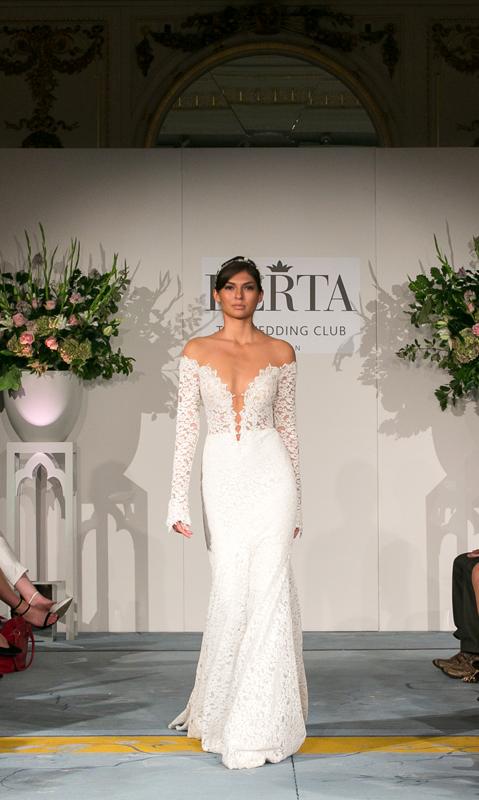 שמלת כלה עם מפתח וי עמוק קולקציית חורף  של ברטה