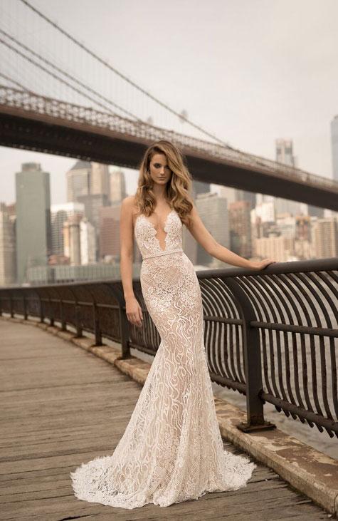 שמלת כלה בקו הגוף עם שובל קצר