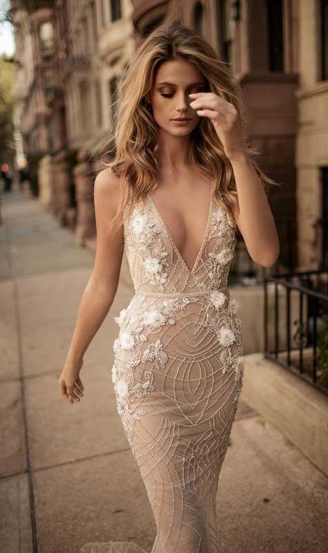 שמלת כלה צמודה עם מחשוף וי