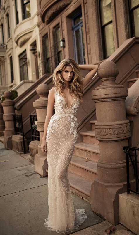 שמלת כלה בצבע גוף ובשילוב פרחים לבנים