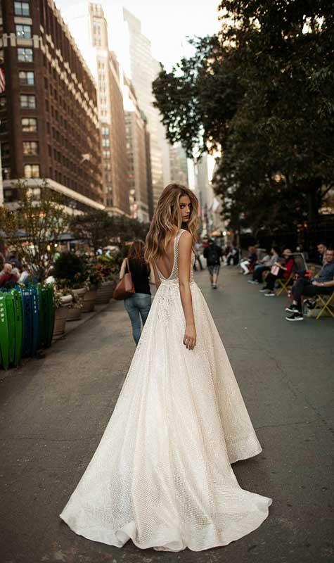 שמלת כלה עם רשת בחלק העליון ושובל