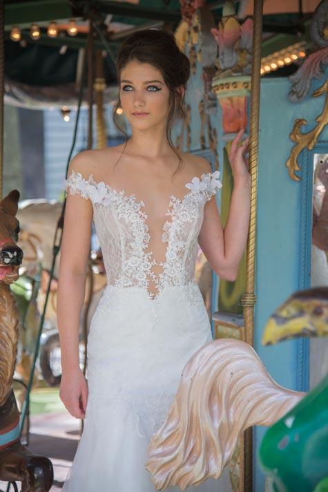 שמלת כלה בעלת מחשוף עמוק