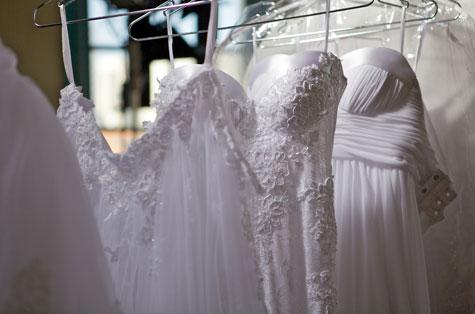 השמלות ממתינות לצילומים. צילום: דרור כץ