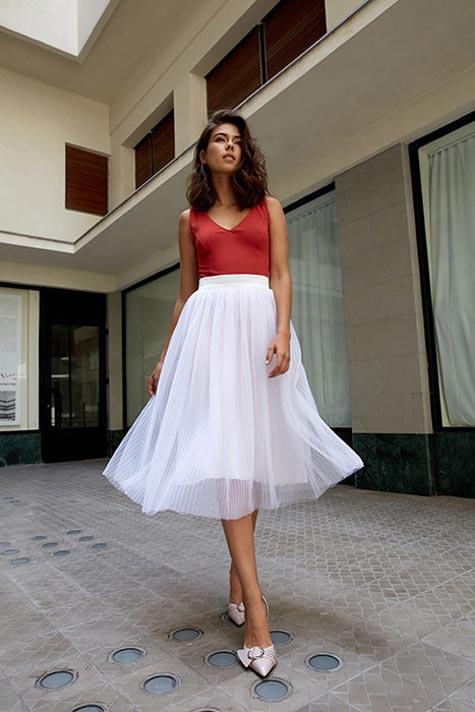 גופיה צבעונית וחצאית פליסה לבנה