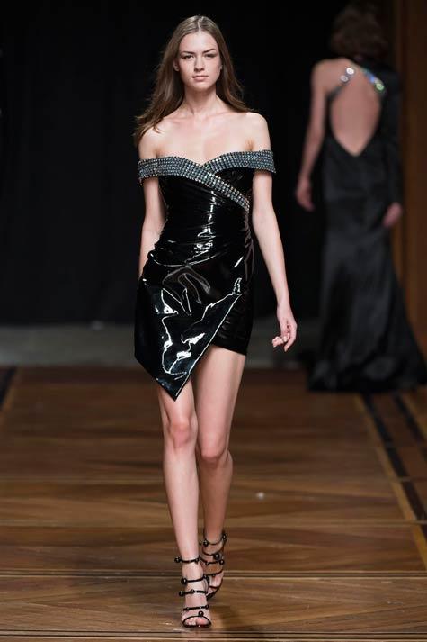 שמלת מיני שחורה בכתפיים חשופות