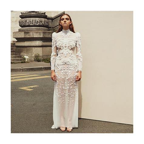 שמלת כלה זורמת בקו הגוף