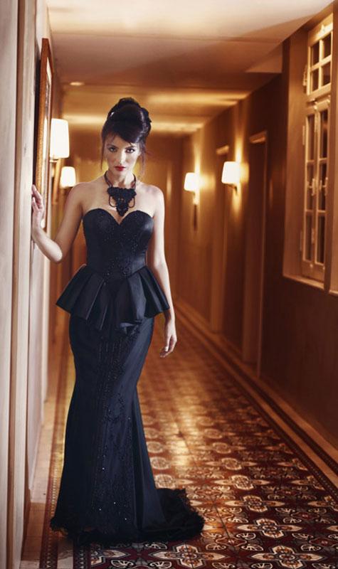 שמלת ערב בגזרה מחויטת בשחור עמוק