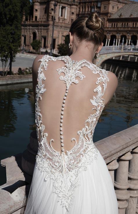 שמלת כלה עם מחשוף גב מעוצב