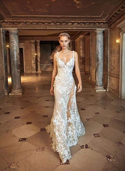 שמלת כלה בקו הגוף עם טקסטורה פרחונית