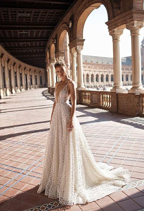 שמלת כלה עם מחשוף קדמי עמוק