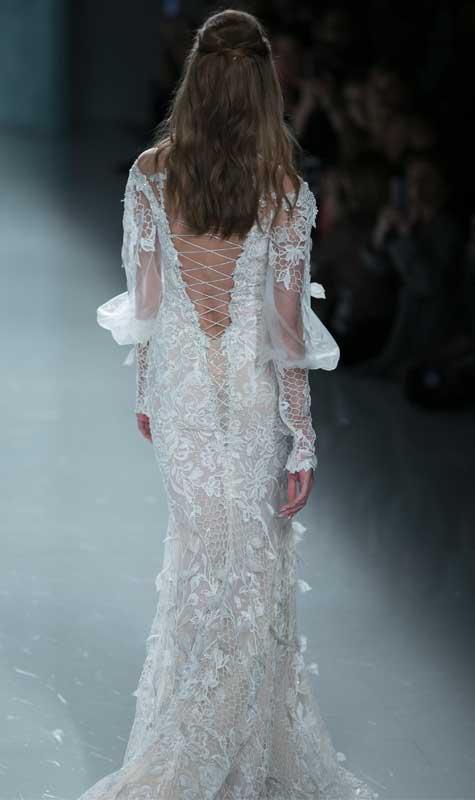 שמלת כלה עם מחשוף גב מעניין