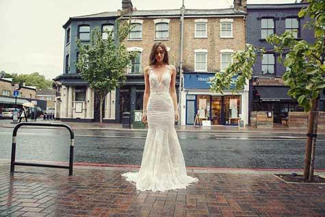 שמלת כלה במראה שעון חול