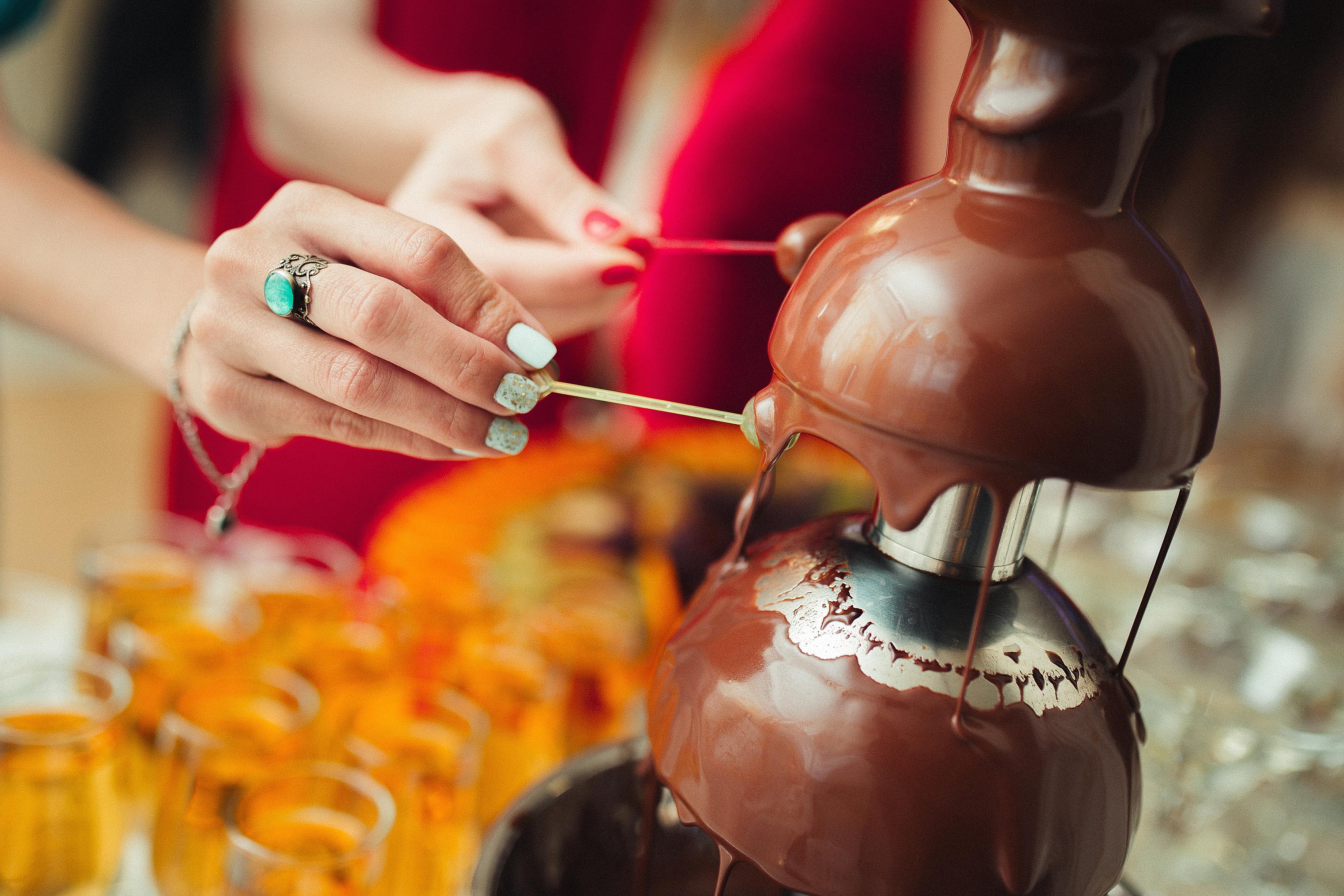 בר מתוקים ומפל שוקולד