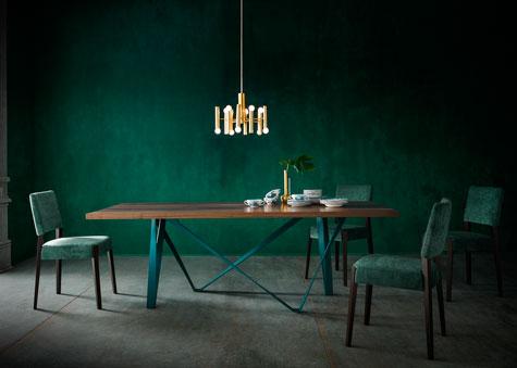שולחן על רקע ירוק בקבוק