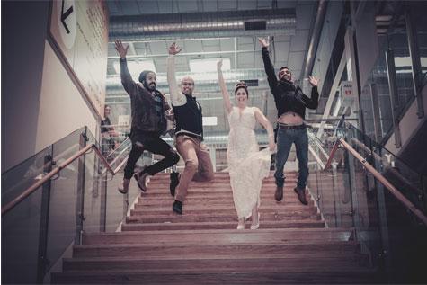 צילום חתן - כלה על מדרגות איקאה