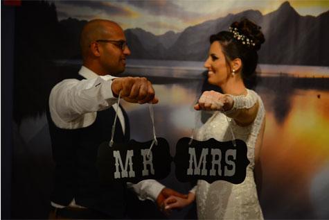 שימוש בשלטים מצחיקים בצילום החתן והכלה