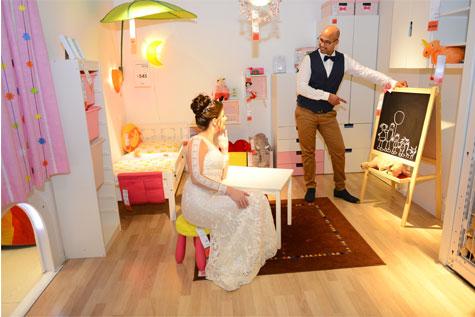 החתן והכלה במתחם חדרי הילדים באיקאה
