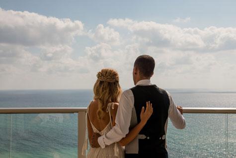 בני הזוג על רקע הים